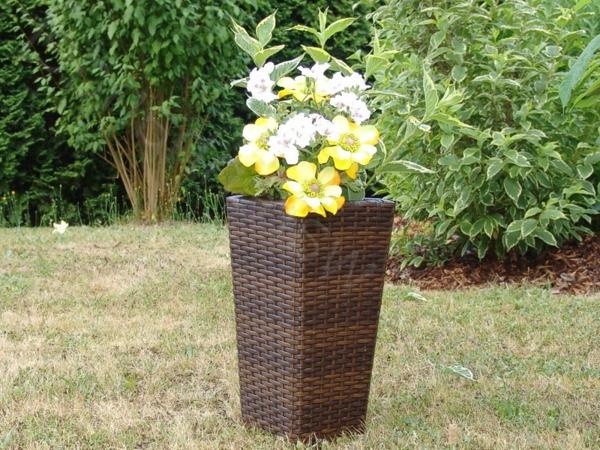 deko-ideen-blumen-pflanzkübel-aus-rattan-in-brauner-farbe