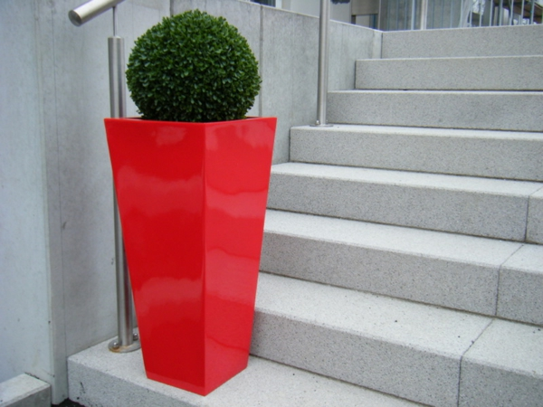 deko-ideen-blumen-pflanzkübel-in-roter-farbe