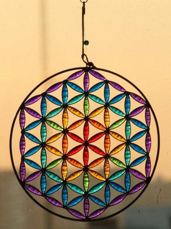 dekoration-mit-farbigen_gläsern-blumen-des-lebens-idee-zur-dekoration-dekoidee-für-zuhause