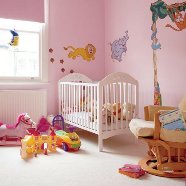dschungel-kinderzimmer-rosige-gestaltung und weißes babybett