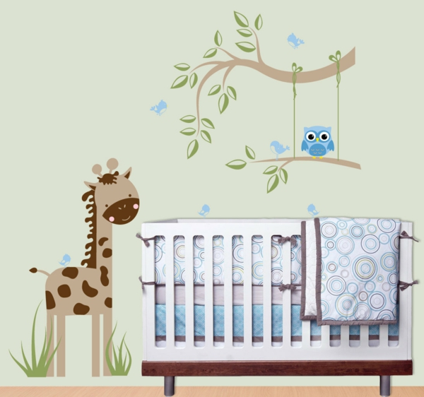 dschungel-kinderzimmer-weißes-babybett-modell und super wandgestaltung