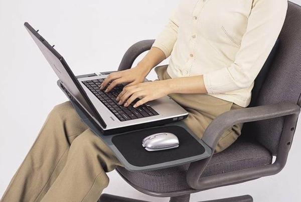 eine-frau-sitzt-auf-einem-stuhl-und-arbeitet-am-laptop