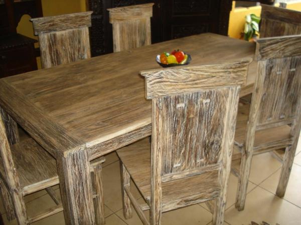 einfaches-design-vom-teak-tisch-und-stühlen