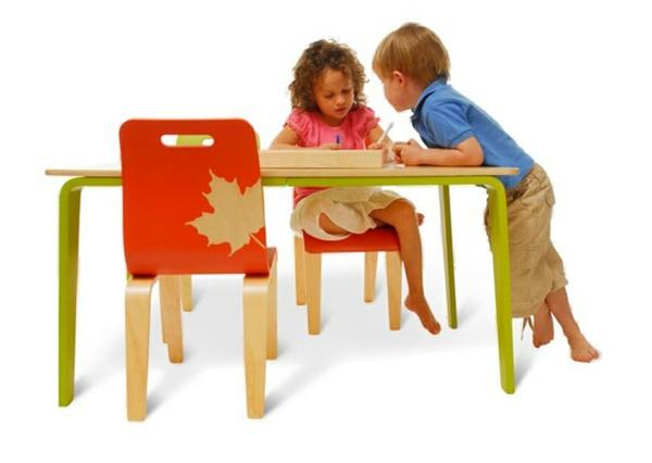 eko-kindermöbel -mädchen-und-junge-spielen-auf-einem-tisch