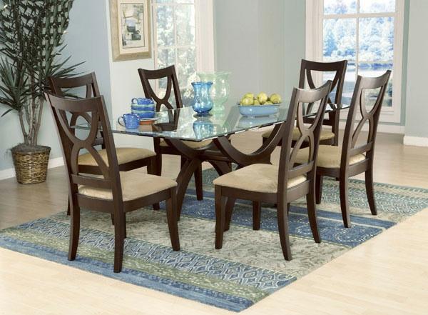 eleganter-esstish-aus-glas-und-vier-stühle