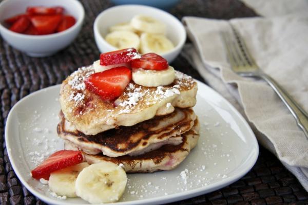 erdbeeren-banenen-leckeres-frühstück-gesundes-frühstück-rezepte