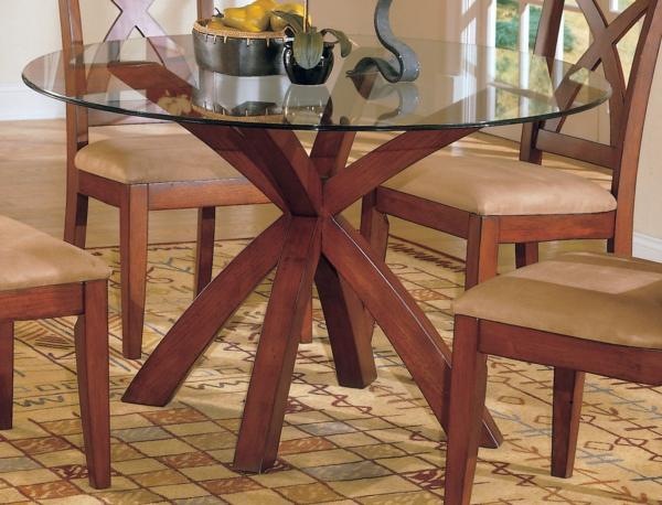 esszimmer-gestalten-glasplatte-tisch-und-vier-stühle-aus-holz