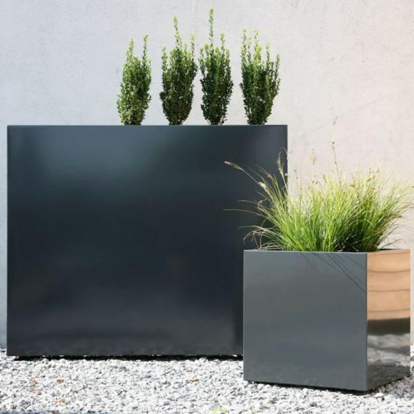 exterior-design-deko-ideen-blumen-blumenkübel-in-schwarz--