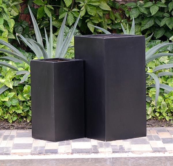 exterior-design-deko-ideen-blumen-blumenkübel-in-schwarz