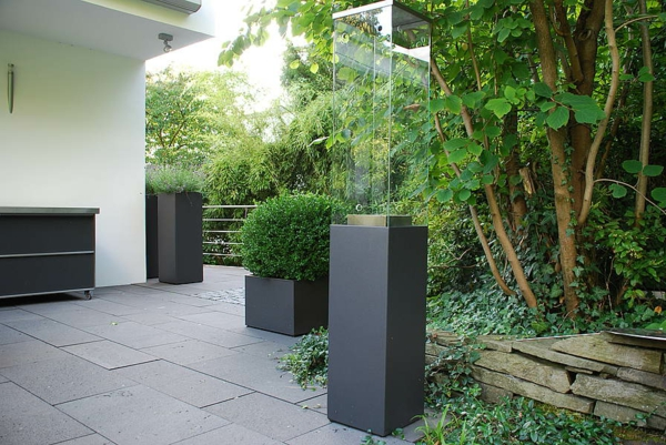 exterior-design-deko-ideen-blumen-blumenkübel-schwarz-gartengestaltung-ideen-gartengestaltung-beispiele-gartengestaltungsideen