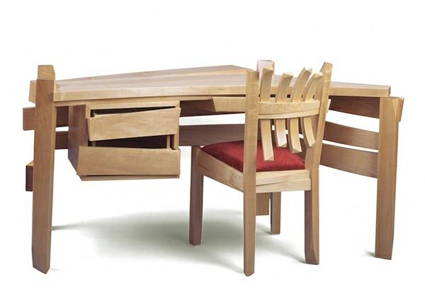 extravaganter-schreibtisch-stuhl-echtholzmöbel