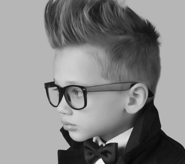 frisuren-für-jungs-bild-in-schwarz-und-weiß