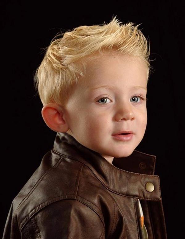frisuren-für-jungs-blonde-haare-schwarzer-hintergrund