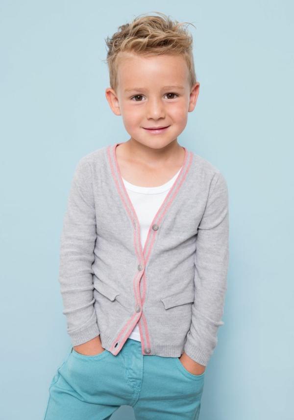 frisuren-für-jungs-blondes-kind-blauer-hintergrund