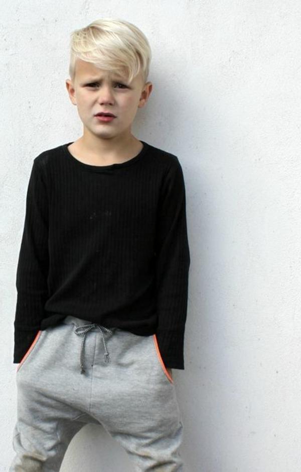 frisuren-für-jungs-blondes-kind-vor-einer-weißen-wand