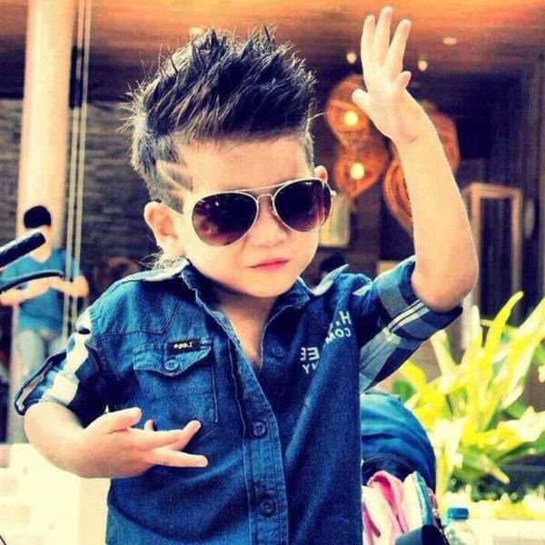 frisuren-für-jungs-kind-mit-einem-blauen-hemd-und-sonnenbrillen
