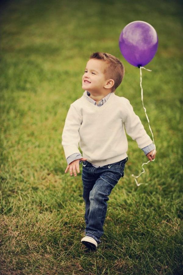 frisuren-für-jungs-kind-mit-einem-lila-ballon