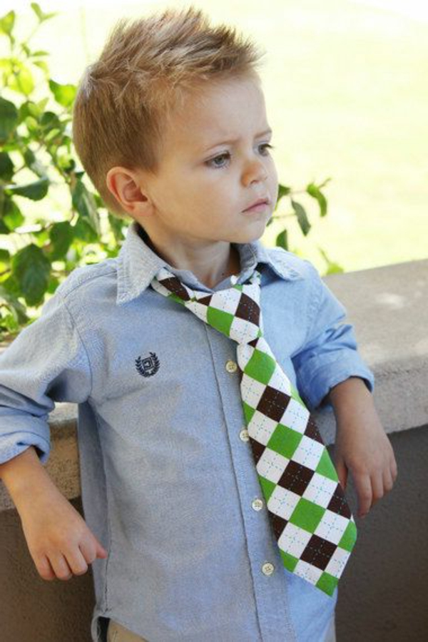 frisuren-für-jungs-kind-mit-einer-krawatte