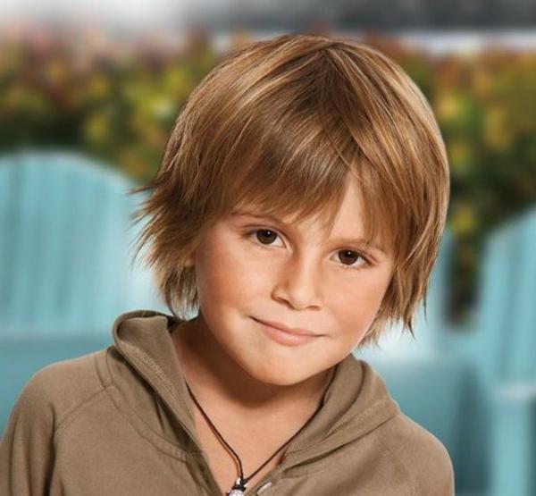 frisuren-für-jungs-kind-mit-hellen-langen-haaren