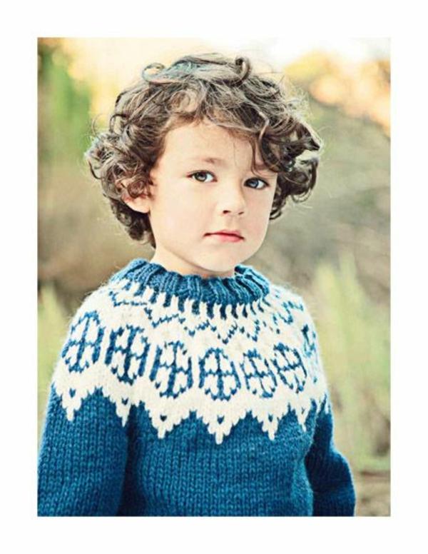 frisuren-für-jungs-lockige-haare-pullover