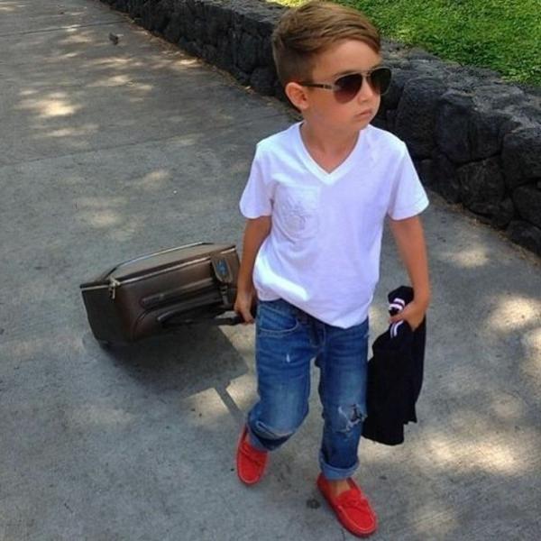 frisuren-für-jungs-modernes-kind-mit-einem-koffer