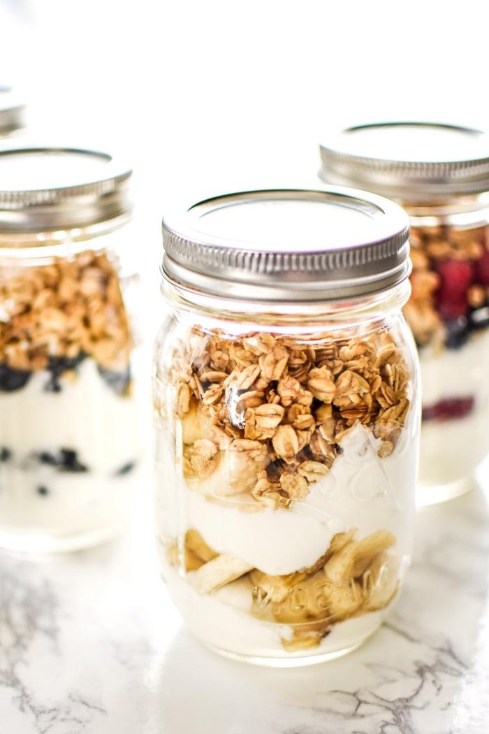 frühstück buffet ideen, brunch im glas, haferflocken mit joghurt und nüssen, gesunde rezepte