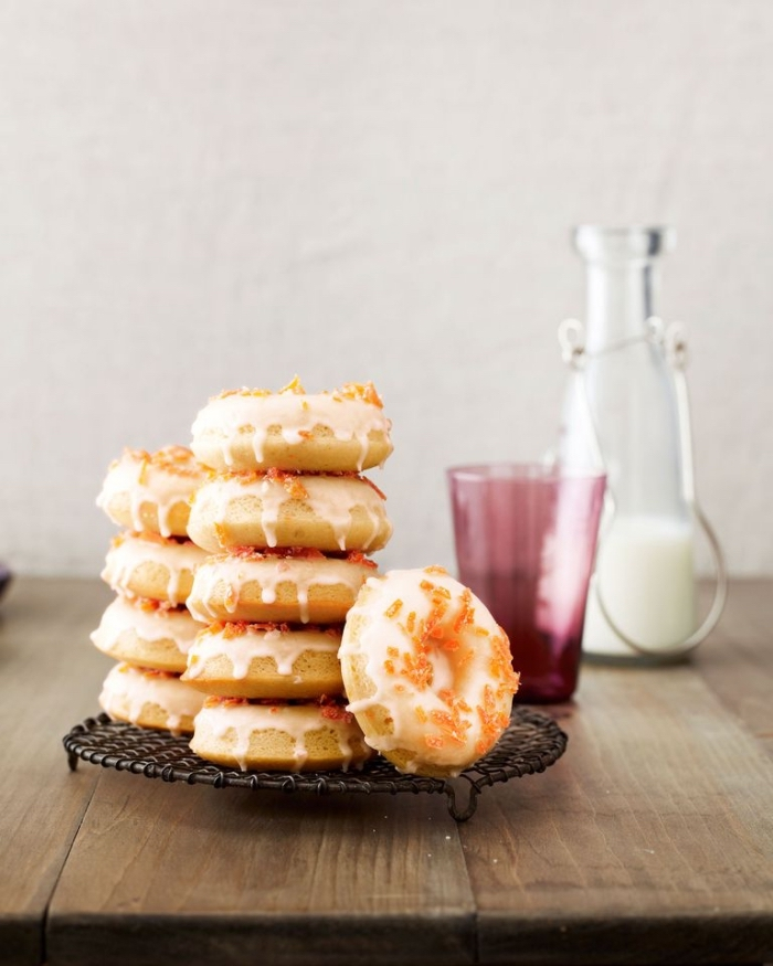 frühstück buffet, kleine krapfen mit zukerglasur, essen für gäste, partyessen ideen, donuts