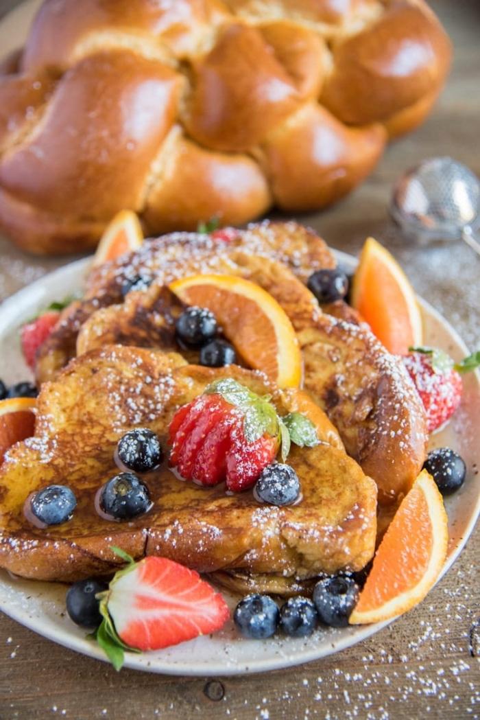 frühstücksbuffet selbst gemacht, french toasts mit honig, erdbeeren, blaubeeren und roten orangen