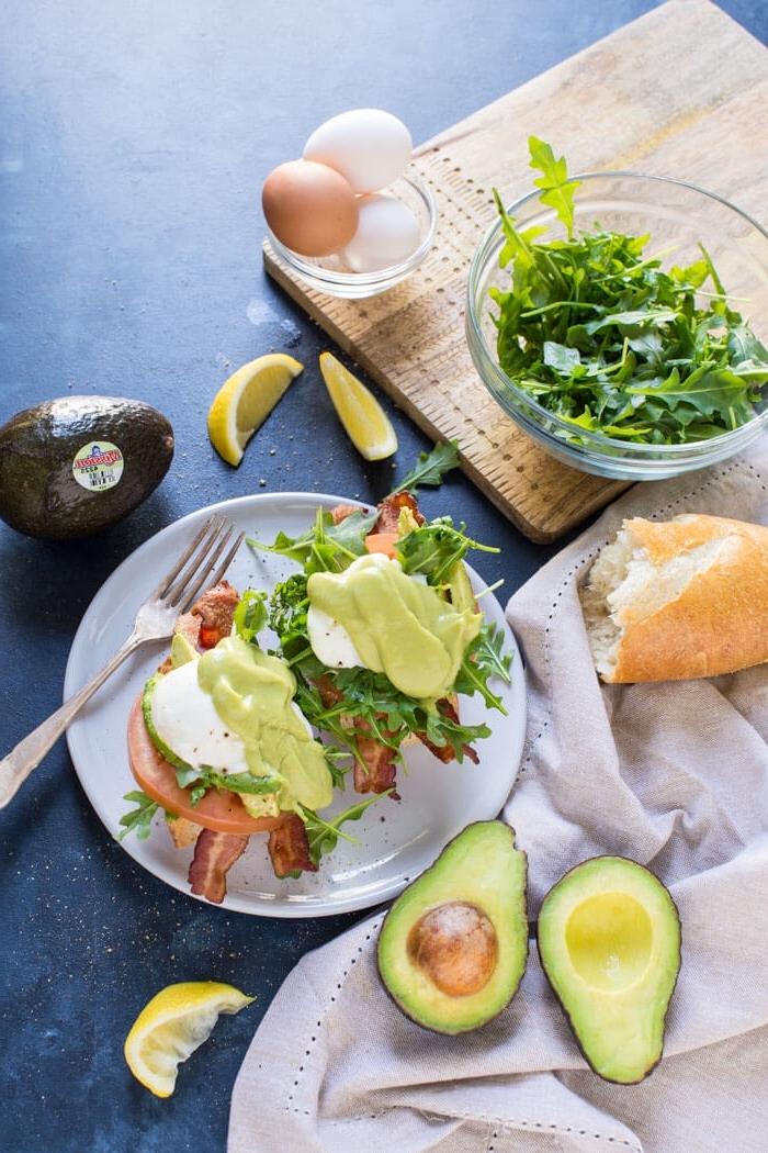 frühstücksbuffet selbst gemacht, toasts mit bacon, einern und avocado, gesunde rezepte zum vorbereiten