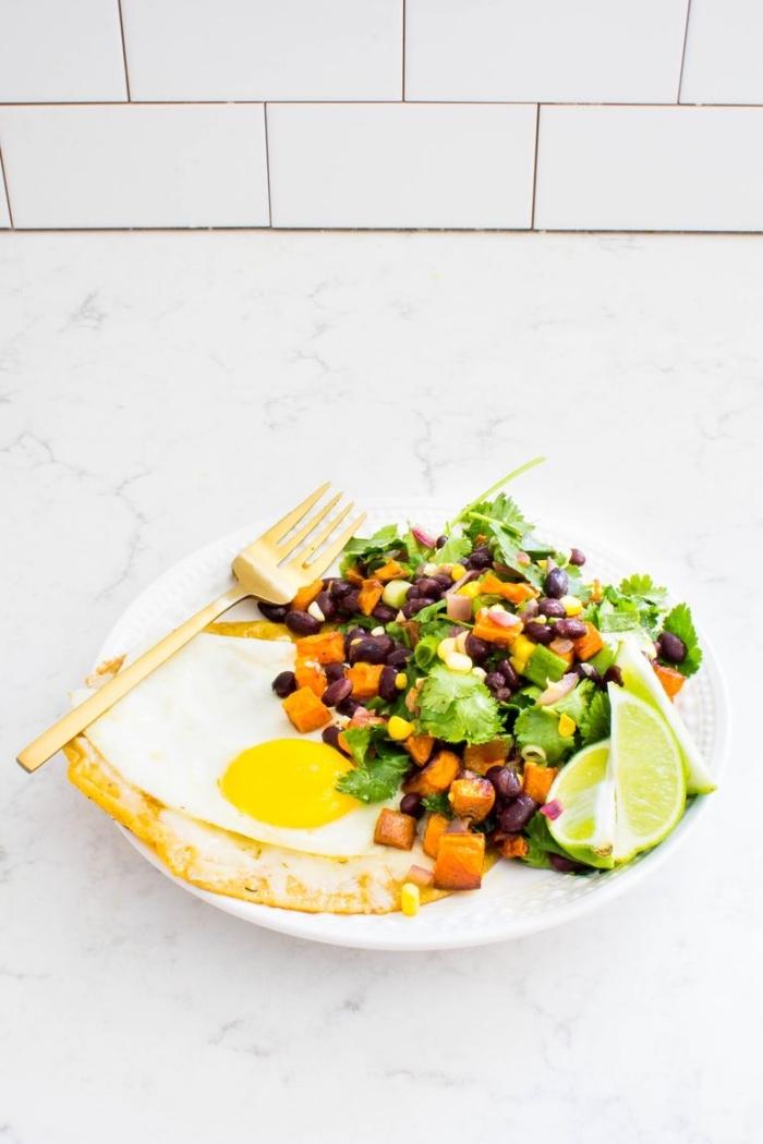 frühstücksbuffet selbst gemacht, gebratenes ei mit gesundem salat mit verschiedenem gemüse