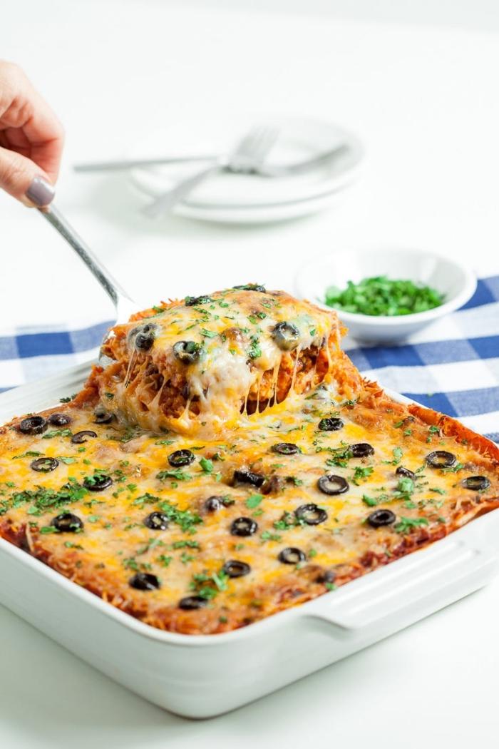 frühstücksbuffet selbst gemacht, kasserolle mit eiern, parmesan, cheddar käse und oliven garniert mit peterillie