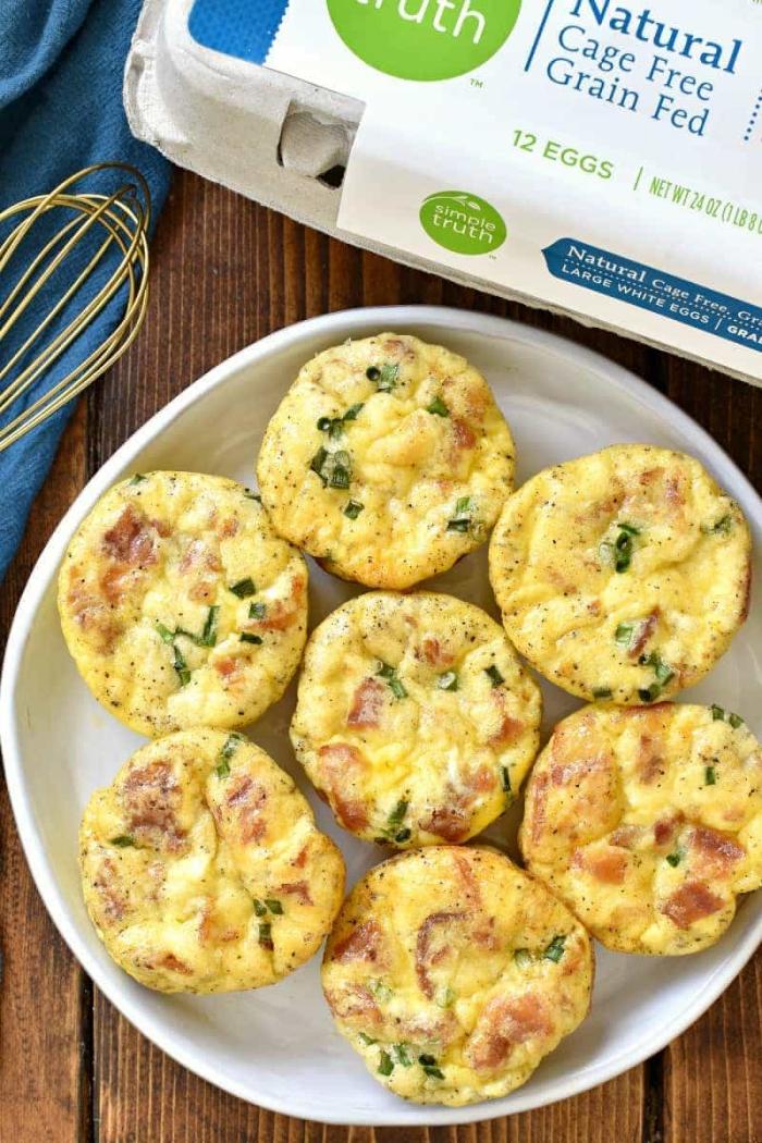 frühstücksbuffet selbst gemacht, salzige muffins aus eiern, bacon und spinat, gesunder frühstück
