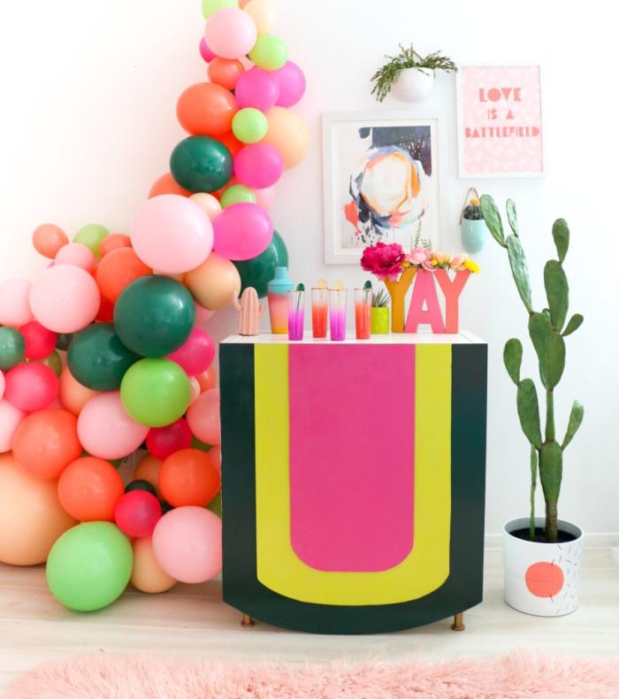 geburtstags deko ideen, selbstgemachter cocktailbar in bunten farben, deko aus luftballons