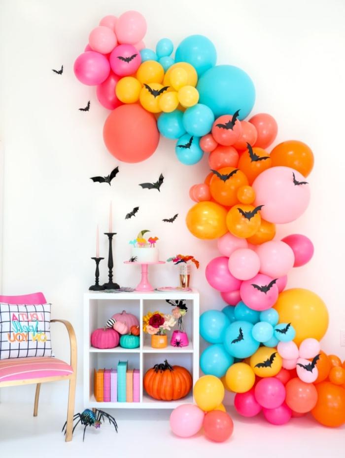geburtstagsdeko kinder, halloweendeko ideen, deko aus bunten ballons, fliegen fledermäuse