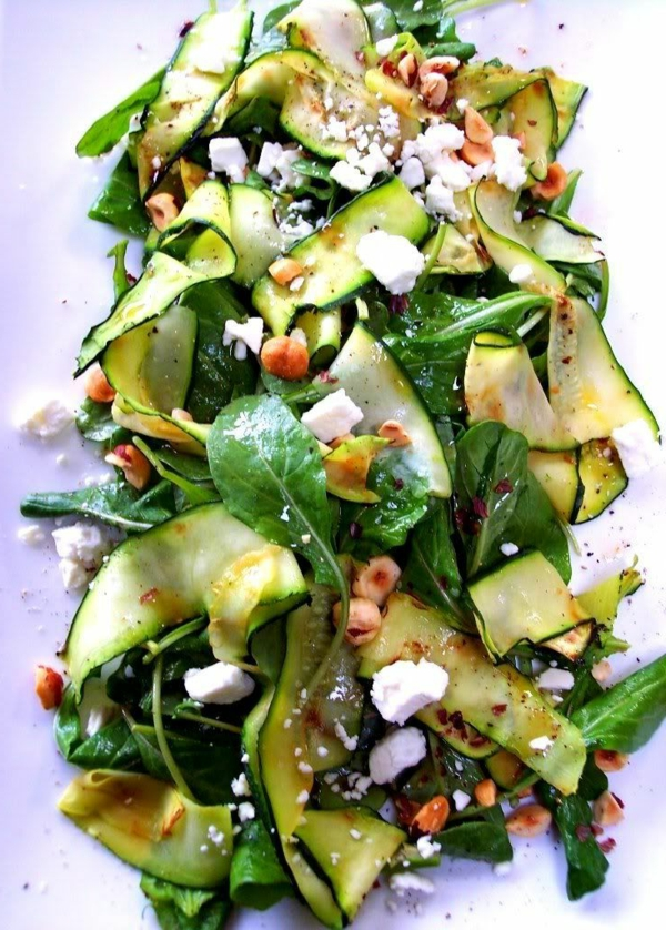 gegrilltes-Zucchini-Band-und-Spinat-Salat-mit-Feta-gerösteten-Haselnüssen-resized