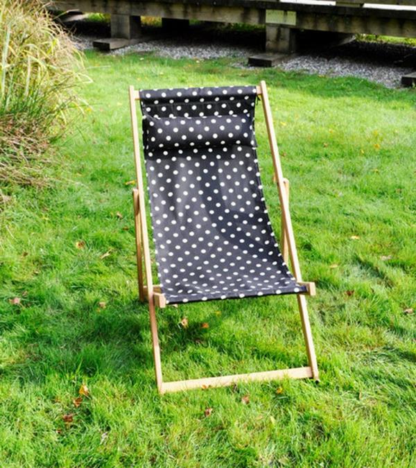 gepunktetes-modell-vom-schwarzen-liegestuhl-im-garten