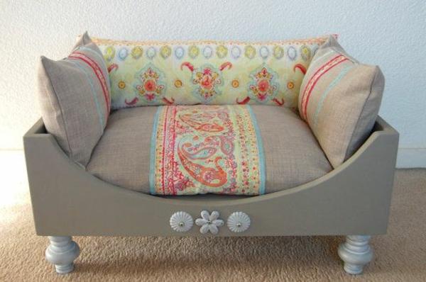 graues-sofa-schöne-ideen-für-ihren-hund-sofa-hundeaccessoires-hundebett-hundekissen