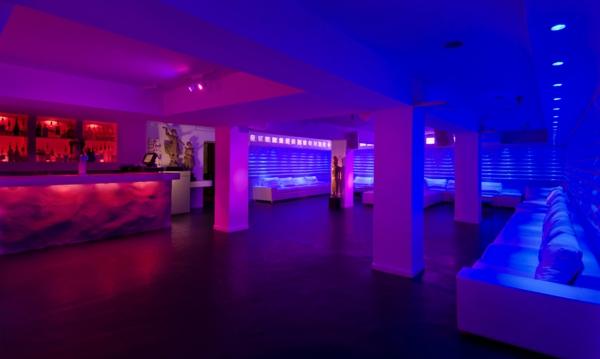 großer-bar-mit-moderner-dekoration