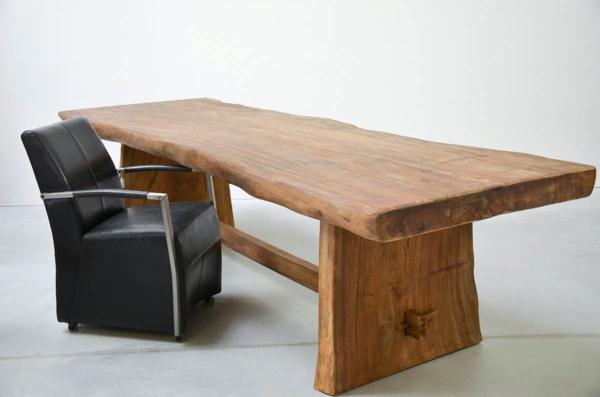 großer-tisch-aus-massivholz-sehr-schönes-modell