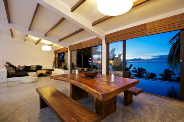 großes-wohnzimmer-echtholzmöbel -blick-auf-pool