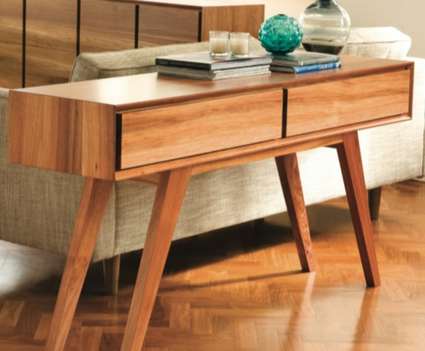 hölzerner-tisch-mit-vier-beinen - neben einer couch in weißer farbe