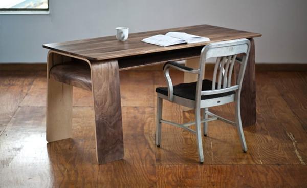 hölzerner-tisch-und-moderne-stühle