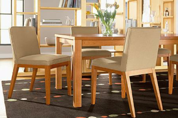 hölzerner-tisch-und-stühle-aus-echtholz