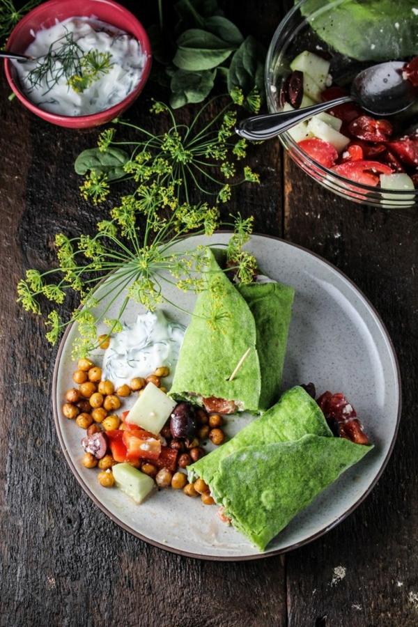 hausgemachte-Spinat-Wraps-mit-gehacktem-griechischen-Salat-resized