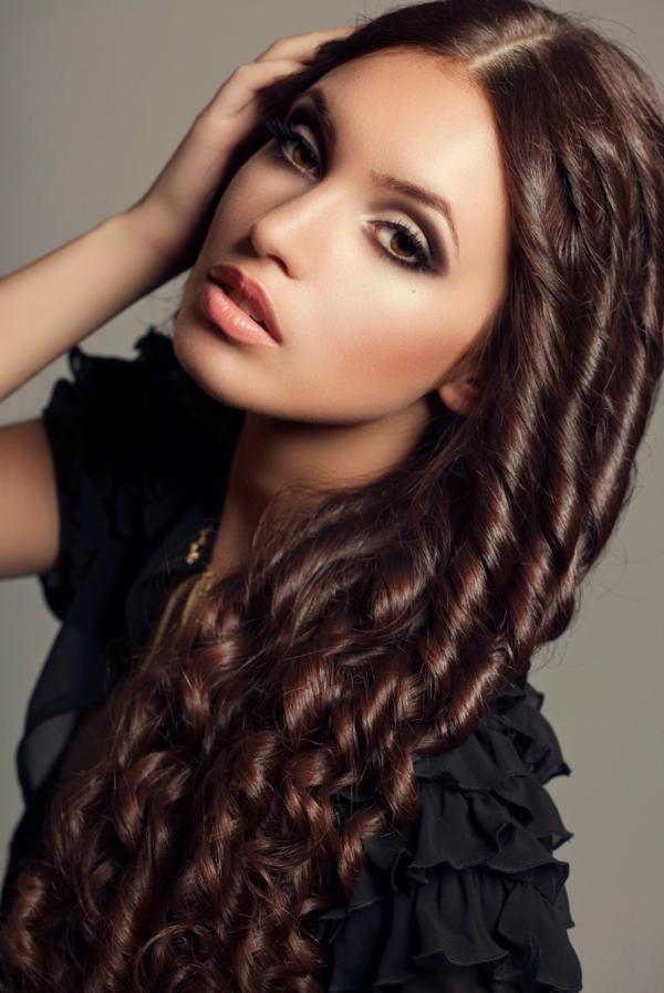 herrliche-frau-mit-langen-lockingen-haaren