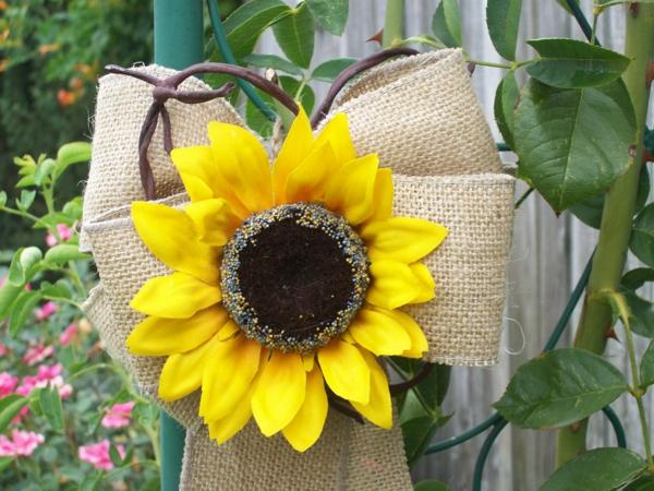 hochzeitsdeko-in-gelber-farbe-sommerblume-gelb-deko-