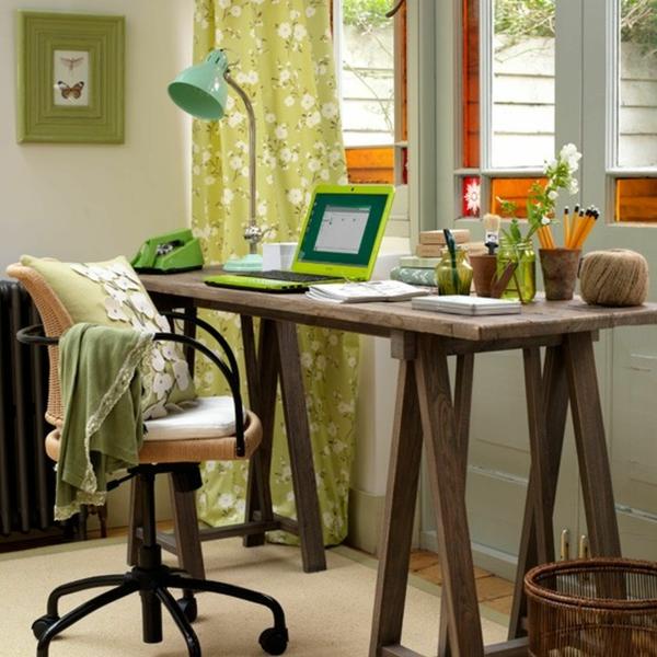 holzerner-Schreibtisch-und-grüne-Gardinen