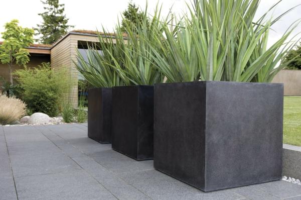 Blumenkübel-in-schwarz