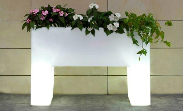 ideen-für-einen-schönen-leuchtenden-pflanzkübel--in-weiß