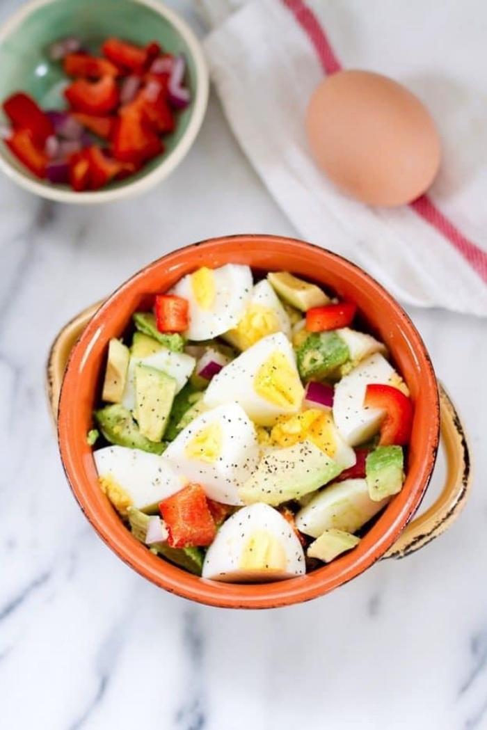 frühstück mit eiern, avocado, oaorika und zweiebl, ideen für brunch, desung essen, rezepte mit weinig kalorien